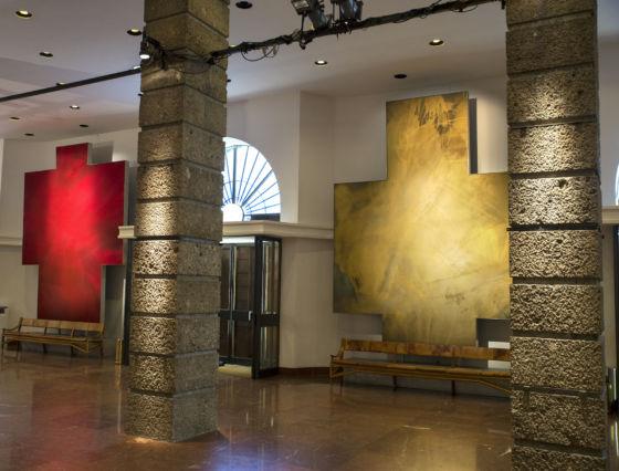 Großes Festspielhaus Foyer mit Kunstwerken von Robert Longo
