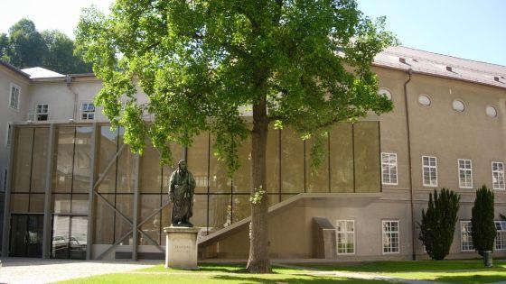 Große Universitätsaula Salzburg Außenansicht Furtwänglerpark