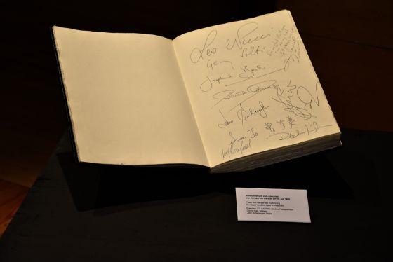 Kondolenzbuch zum Abschied von Herbert von Karajan Ausstellung Grosses Welttheater 100 Jahre Salzburger Festspiele