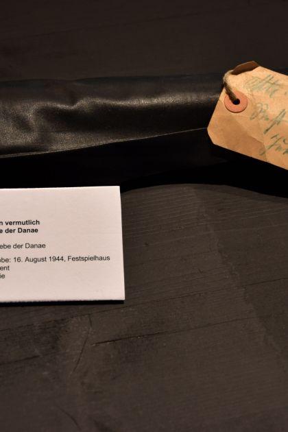 schwarzer Stoffballen Ausstellung Grosses Welttheater 100 Jahre Salzburger Festspiele