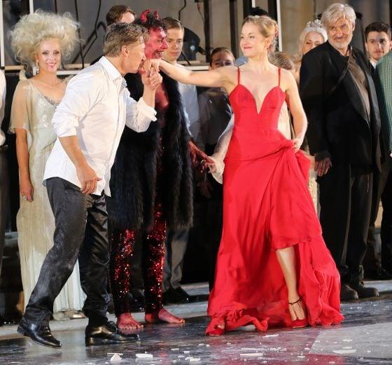 Schlussapplaus Gregor Bloéb Valery Tscheplanowa Tobias Moretti Jedermann Salzburger Festspiele 2019