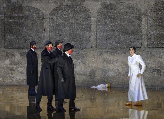 Salome Salzburger Festspiele 2019: Thomas Bennett (Ein Cappadocier), Christina Bock (Ein Page der Herodias), Peter Kellner (Erster Soldat), Julian Prégardien (Narraboth), Asmik Grigorian (Salome)