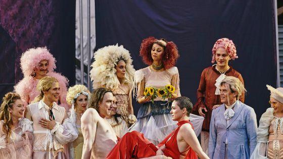 Lars Eidinger (Everyman), Verena Altenberger (Paramour), Ensemble