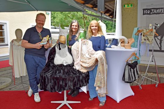 Kostümdirektor Jan Meier, Jedermann-Kostümbildnerin Renate Martin und Bettina Hering, Leiterin Schauspiel, präsentieren die Kostüme der diesjährigen Jedermann Inszenierung. © SF/Anne Zeuner