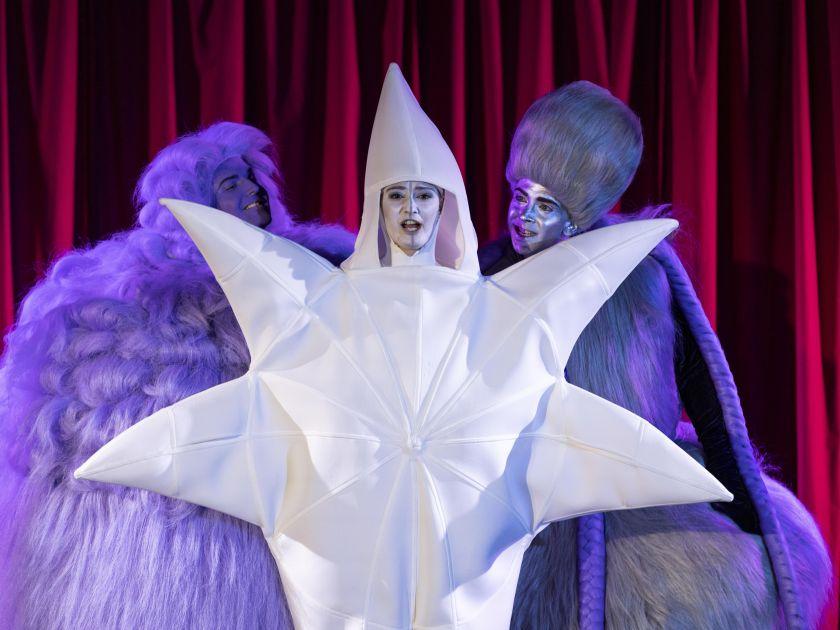 Vom Stern, der nicht leuchten konnte 2021: Sebastian Mach (Wig 2), Tobias Hechler (Wig 1), Miriam Kutrowatz (Star)