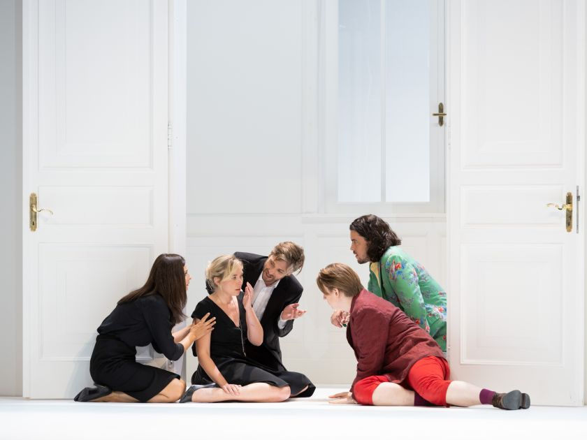 Così fan tutte 2021: Marianne Crebassa (Dorabella), Elsa Dreisig (Fiordiligi), Michael Nagy (Don Alfonso), Bogdan Volkov (Ferrando), Andrè Schuen (Guglielmo)