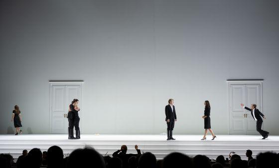Così fan tutte 2021: Lea Desandre (Despina), Andrè Schuen (Guglielmo), Elsa Dreisig (Fiordiligi), Bogdan Volkov (Ferrando), Marianne Crebassa (Dorabella), Michael Nagy (Don Alfonso)