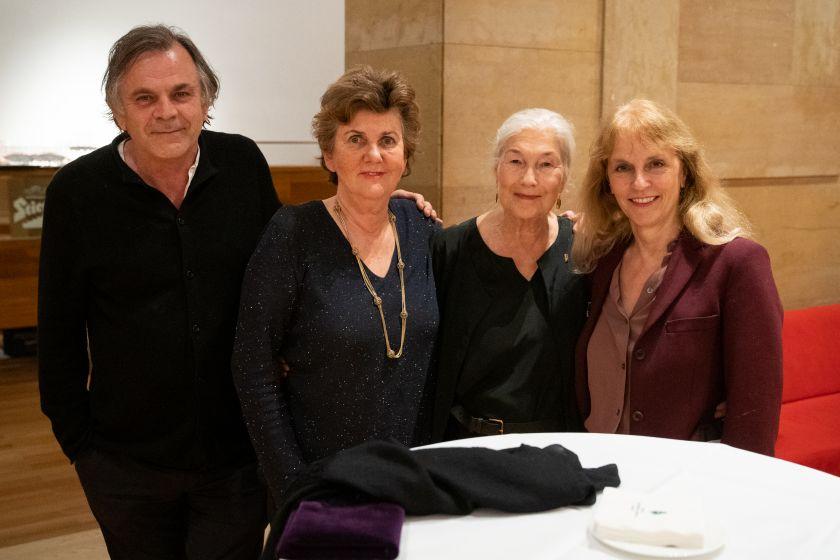 Edith Clever erhält aus den Händen von Festspiel-Präsidentin Helga Rabl-Stadler die Festspielnadel mit Rubin. Im Bild mit Intendant Markus Hinterhäuser und Schauspiel-Leiterin Bettina Hering.