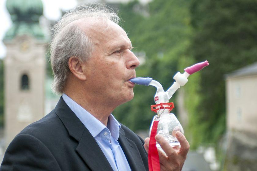 Festspieldoc Josef Schlömicher-Thier demonstriert das Trainingsgerät für effektive Atmung und das Zwerchfell