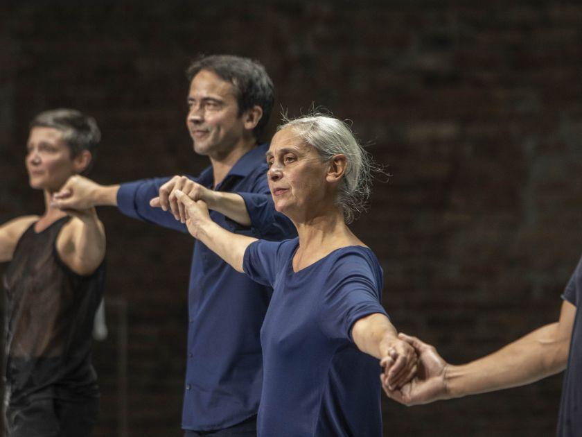 Mitten wir im Leben sind – De Keersmaeker · Rosas · Queyras 2021: Marie Goudot (Creation and dance), Jean-Guihen Queyras (Violoncello), Anne Teresa de Keersmaeker (Choreography, Creation and dance)
